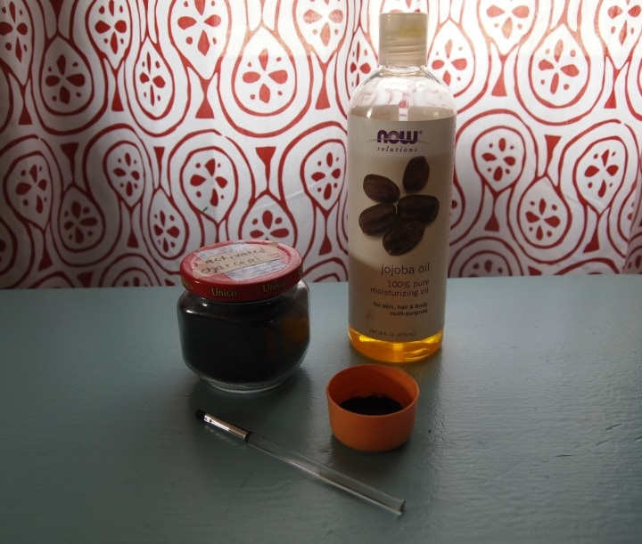 DIY Natural Eyeliner Ingredients: activated charcoal and jojoba oil